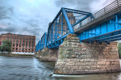 Bild av den blåa bron på en molnig dag Arkivfoton
