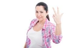 Bild av den caucasian kvinnan som visar tre fingrar Arkivbild