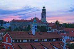 Bild av den Cesky Krumlov slotten under sommarsolnedgång för republiktown för cesky tjeckisk krumlov medeltida gammal sikt Arkivfoto