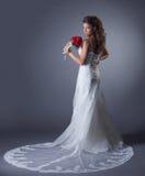 Bild av den charmiga bruden som poserar i elegant klänning royaltyfri fotografi