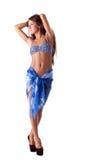 Bild av den charmiga flickan som poserar i stilfull strandkläder Royaltyfria Bilder