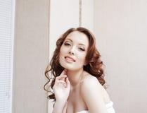 Bild av den charmiga le modellen med sund hud royaltyfri bild