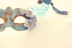 Bild av den delikata blåa eleganta venetian maskeringen över trävit bakgrund Selektivt fokusera Royaltyfri Fotografi