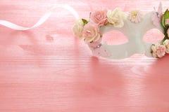 Bild av den delikata eleganta venetian maskeringen över trärosa bakgrund Selektivt fokusera Royaltyfri Fotografi