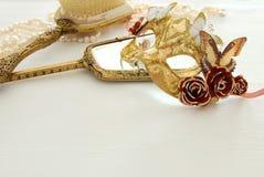 Bild av den delikata eleganta venetian maskeringen över trävit bakgrund Selektivt fokusera Royaltyfri Foto
