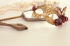 Bild av den delikata eleganta venetian maskeringen över trävit bakgrund Selektivt fokusera Arkivfoton