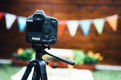 Bild av den digitala kameran som förläggas på tripoden Arkivfoton