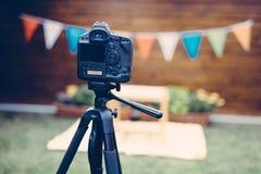 Bild av den digitala kameran som förläggas på tripoden Royaltyfria Bilder