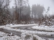 Bild av den dimmiga och snöig vintervägen royaltyfria bilder