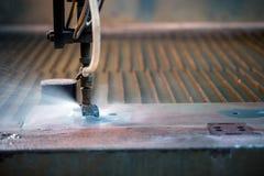 Bild av den effektiva metoden som klipper waterjet metall - arkivfoton