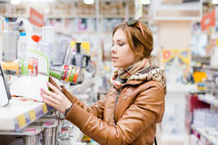 Bild av den eleganta hemmafrun som väljer anordningar på supermarket eller det diy lagret Royaltyfri Foto