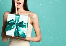 Bild av den förvånade kvinnan för överraskning med gåvaasken royaltyfria bilder