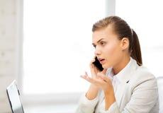 Bild av den förvirrade kvinnan med smartphonen Fotografering för Bildbyråer
