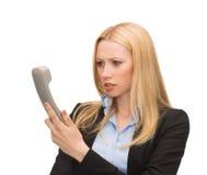 Bild av den förvirrade kvinnan med telefonen Arkivbild
