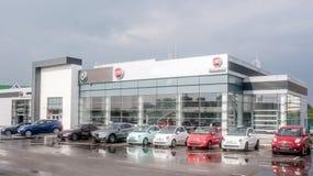 Bild av den Fiat återförsäljaresalongen med bilar förutom det Det finns bilar med olika färger av kroppen Det är den molniga outi royaltyfri bild