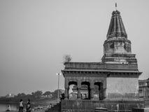 Bild av den gamla templet på flodstranden på Pandharpur Fotografering för Bildbyråer