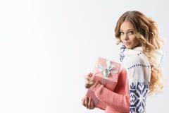 Bild av den gladlynta flickan med gåvaasken på en vit bakgrund Royaltyfri Foto