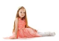 Bild av den gulliga lilla flickan som poserar i smart klänning royaltyfri bild