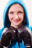 Bild av den härliga flickan i en blå huv och handskar för att boxas, spark-boxning closeupstående som isoleras på vit bakgrund Arkivbilder