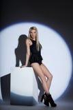 Bild av den härliga slanka blondinen som poserar i strålkastare Royaltyfri Fotografi