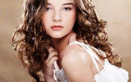 Bild av den härliga unga kvinnan med lockigt hår Arkivfoton