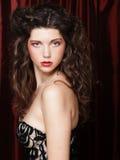 Bild av den härliga unga kvinnan med lockigt hår Royaltyfri Bild