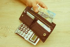 Bild av den hållande plånboken för man med sedlar Royaltyfri Foto