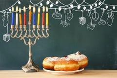 Bild av den judiska ferieChanukkah med menoror (kandelaber) Royaltyfria Bilder