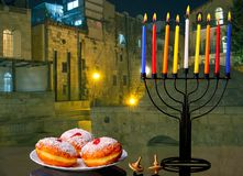 Bild av den judiska traditionella ferieChanukkah med traditionella stearinljus för menoror Arkivfoton