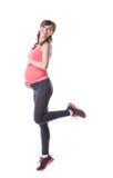 Bild av den lyckliga gravida kvinnan som är förlovad i aerobics Arkivfoton