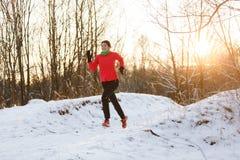 Bild av den lyckliga idrottskvinnan på inkörd vinter för morgon Arkivfoto
