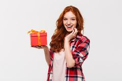 Bild av den lyckliga ljust rödbrun kvinnan i hållande gåvaask för skjorta Royaltyfri Bild
