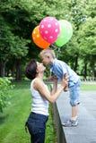 Bild av den lyckliga modern och den lilla sonen Royaltyfri Foto