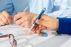 Bild av den manliga handen som pekar på affärsdokumentet under diskussion på mötet Arkivbilder