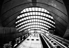 Bild av den moderna underjordiska järnvägsstationen i London arkivbilder