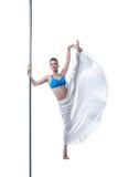 Bild av den nätta dansaren som poserar i splittring på pol Royaltyfria Bilder