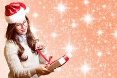 Bild av den nätta flickan i röd hatt för jultomten och Arkivbild