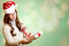 Bild av den nätta flickan i röd hatt för jultomten och Royaltyfri Foto