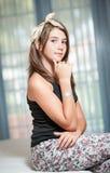 . Bild av den nätta tonåringen som poserar inomhus godlynt Royaltyfri Bild