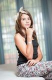 . Bild av den nätta tonåringen som poserar inomhus godlynt Fotografering för Bildbyråer