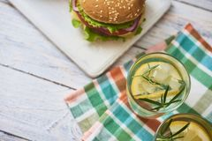 Bild av den nya smakliga hamburgaren arkivfoto