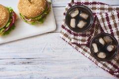 Bild av den nya smakliga hamburgaren fotografering för bildbyråer