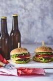 Bild av den nya smakliga hamburgaren royaltyfria foton