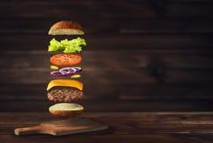 Bild av den nya smakliga hamburgaren royaltyfri fotografi