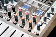 Bild av den solida förstärkaren för musikalisk förstärkare eller musikblandaren med knopp-, stålarhål och Mic-kontaktdon Royaltyfria Foton