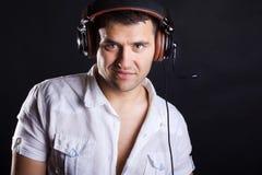 Bild av den stiliga manlign DJ Arkivbild