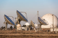 Bild av den stora paraboliska satellit- maträtten Royaltyfri Foto