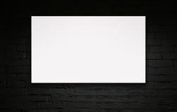 Bild av den tomma affischtavlan över den svarta tegelstenväggen Royaltyfri Foto