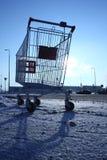 Bild av den tomma shoppingvagnen på tom parkering nära enormt lager Royaltyfri Fotografi