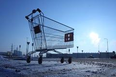 Bild av den tomma shoppingvagnen på tom parkering nära enormt lager Royaltyfri Foto